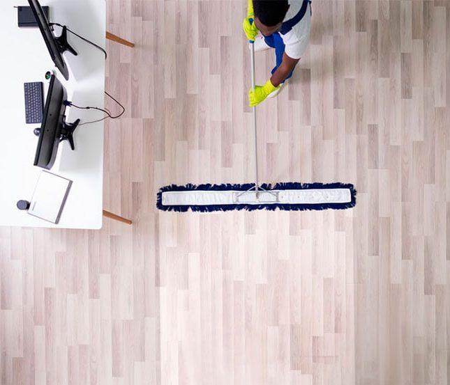 limpiar los suelos de una oficina